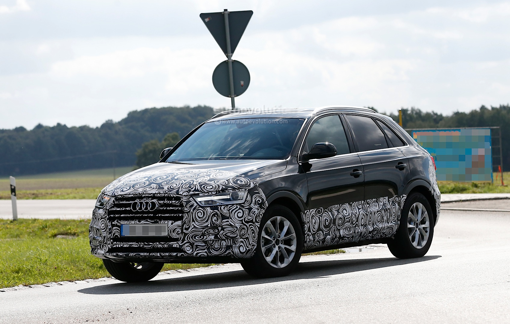 audi q3 facelift prototype fully reveals headlights and. Black Bedroom Furniture Sets. Home Design Ideas
