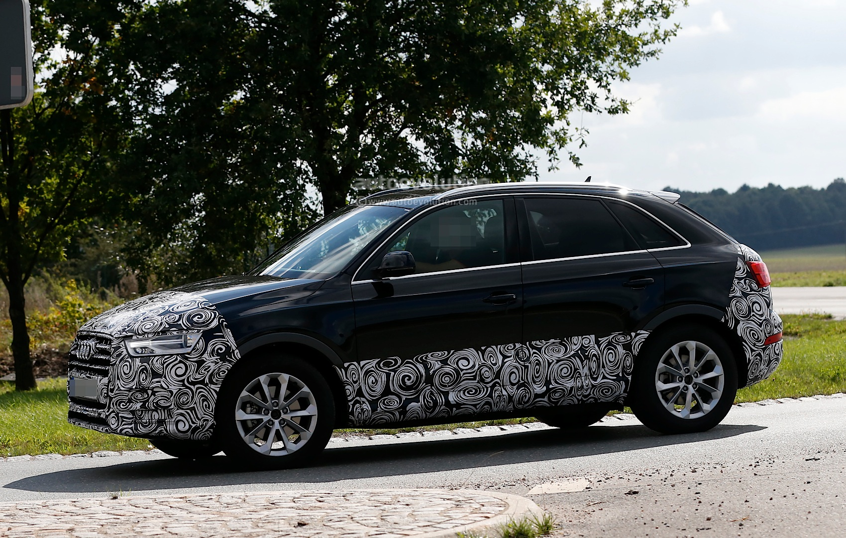 audi-q3-facelift-prototype-fully-reveals-headlights-and-taillights_4.jpg