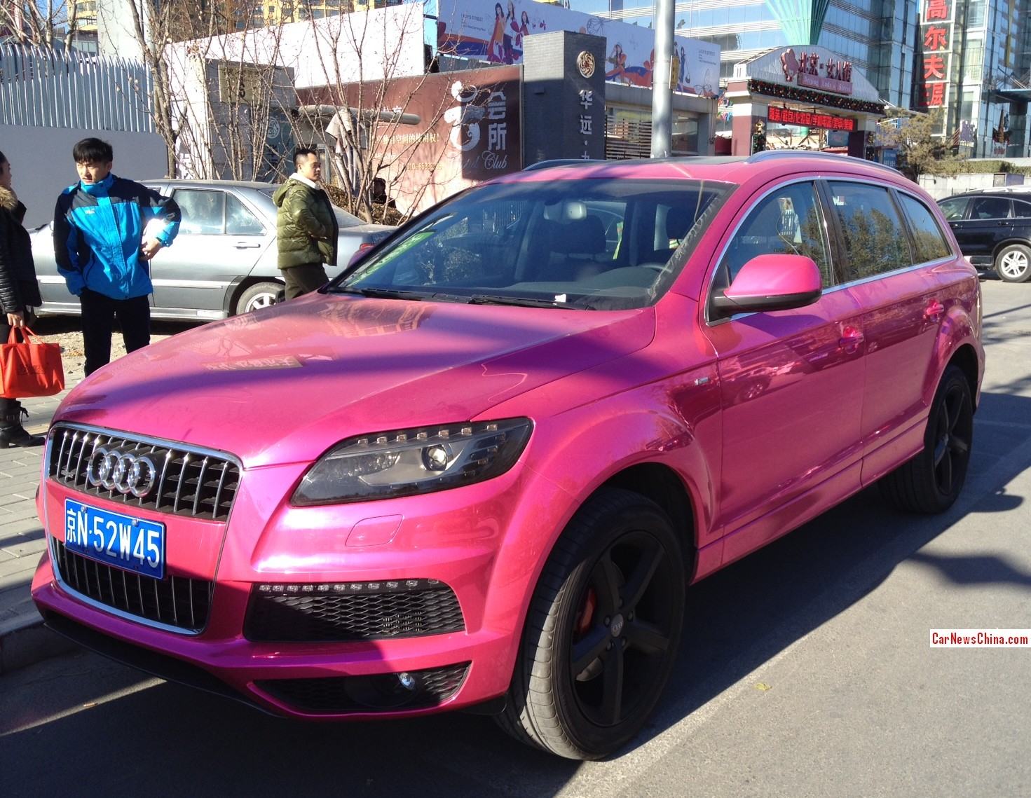 audi q7 is a chrome pink abomination in china autoevolution. Black Bedroom Furniture Sets. Home Design Ideas
