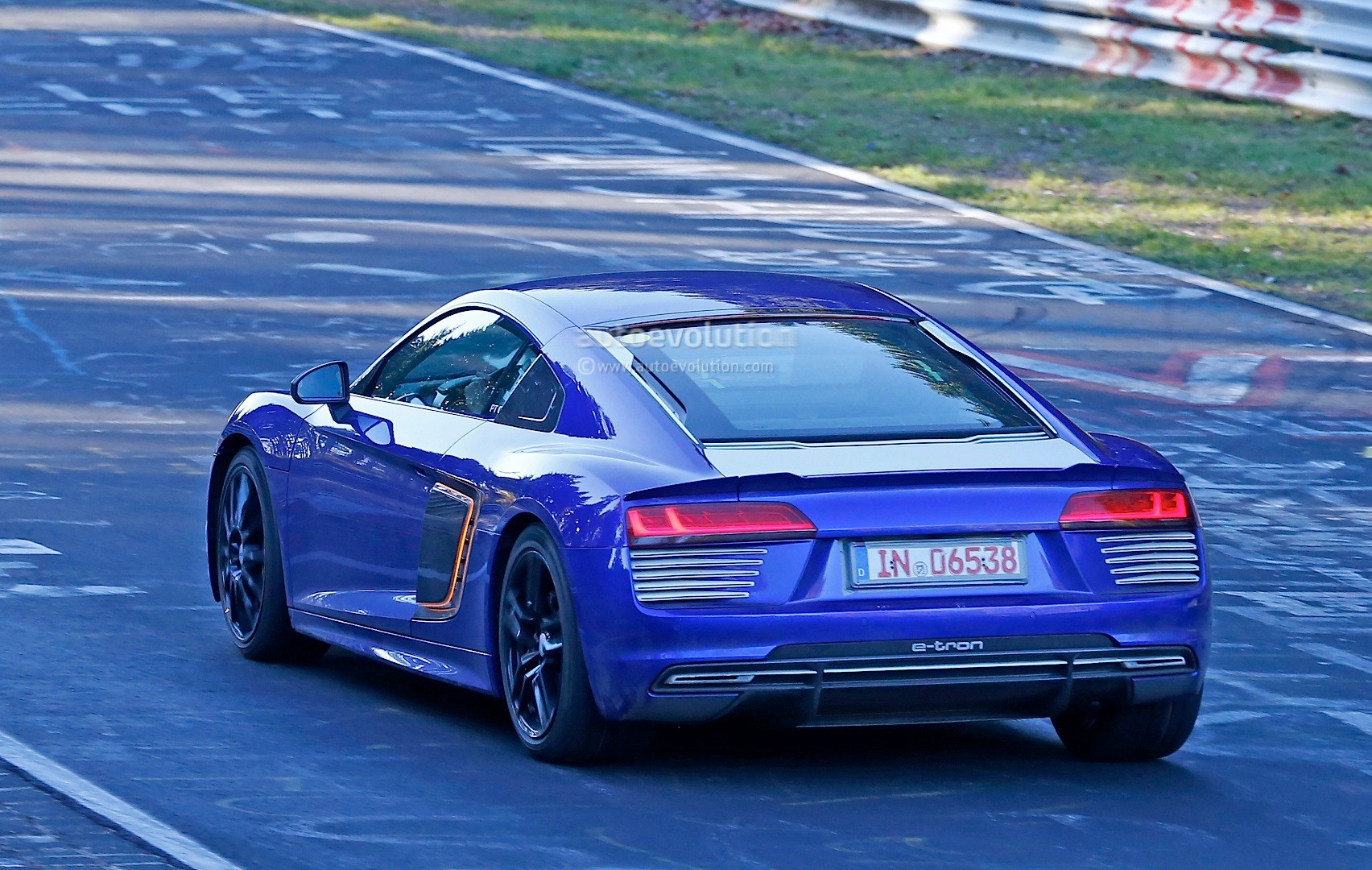 audi r8 e tron continues testing at the nurburgring shows new details autoevolution. Black Bedroom Furniture Sets. Home Design Ideas