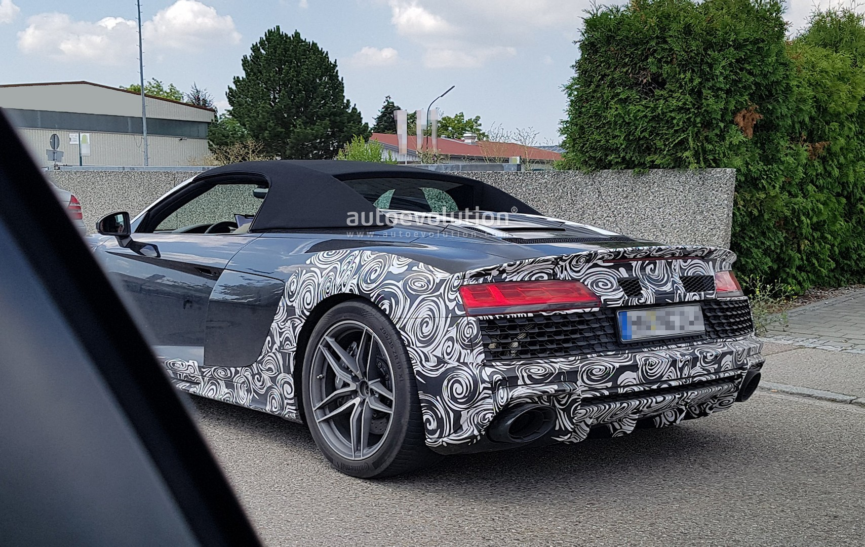 audi r8 spyder facelift spied with giant exhausts new. Black Bedroom Furniture Sets. Home Design Ideas