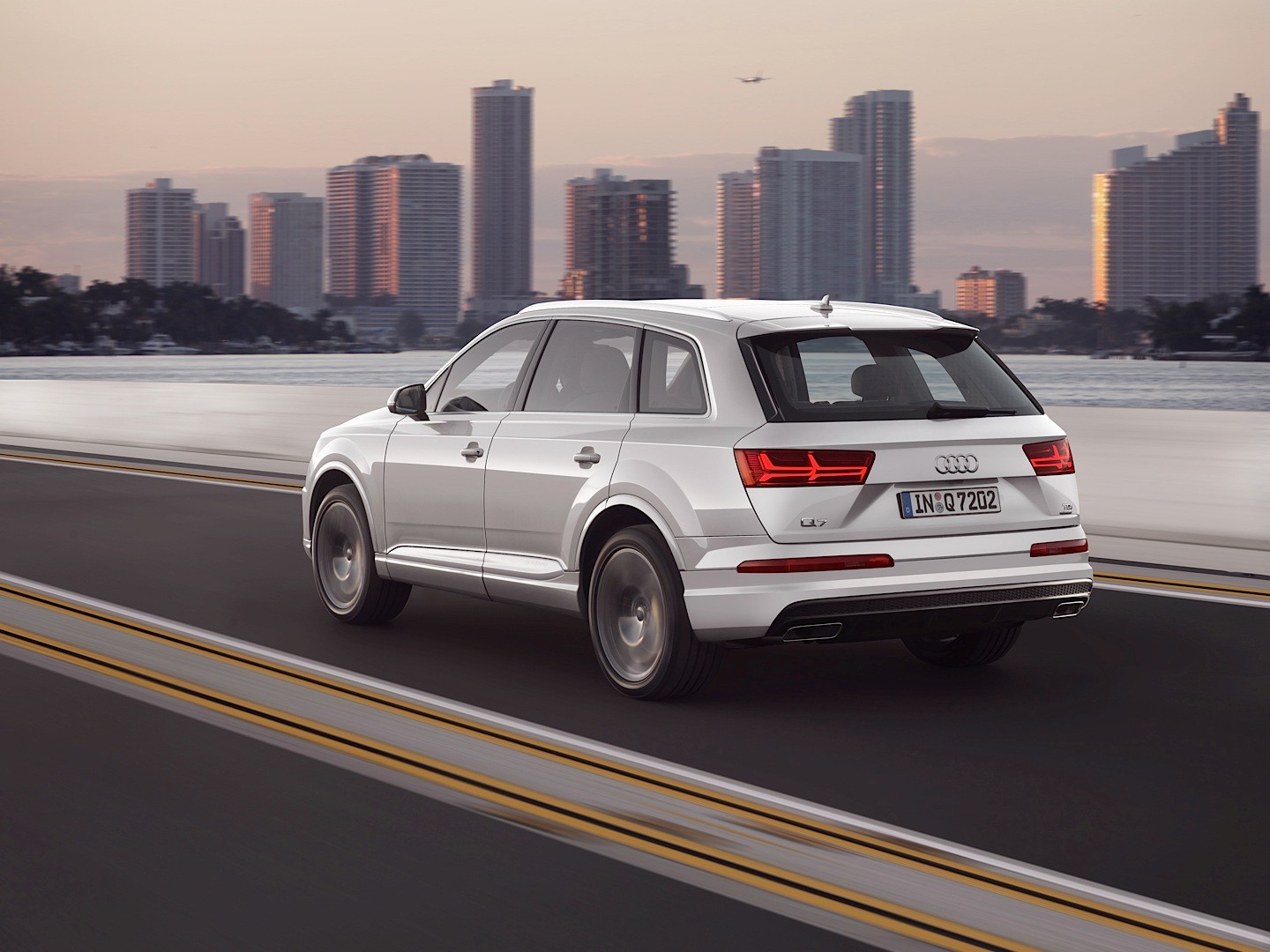 Audi Shows 2015 Q7 in New Tofana White Color, Reveals Obsession with Mountains - autoevolution