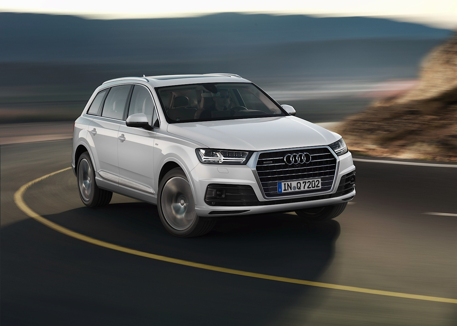 audi shows 2015 q7 in new tofana white color reveals. Black Bedroom Furniture Sets. Home Design Ideas