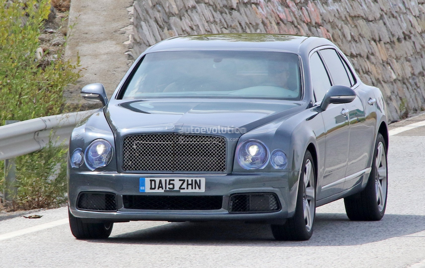2009 - [Bentley] Mulsanne - Page 10 Bentley-mulsanne-facelift-spotted-with-virtually-no-camouflage-while-driving-in-spain_1