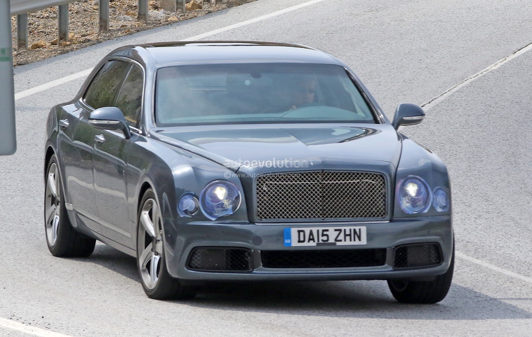 2009 - [Bentley] Mulsanne - Page 10 Bentley-mulsanne-facelift-spotted-with-virtually-no-camouflage-while-driving-in-spain_2