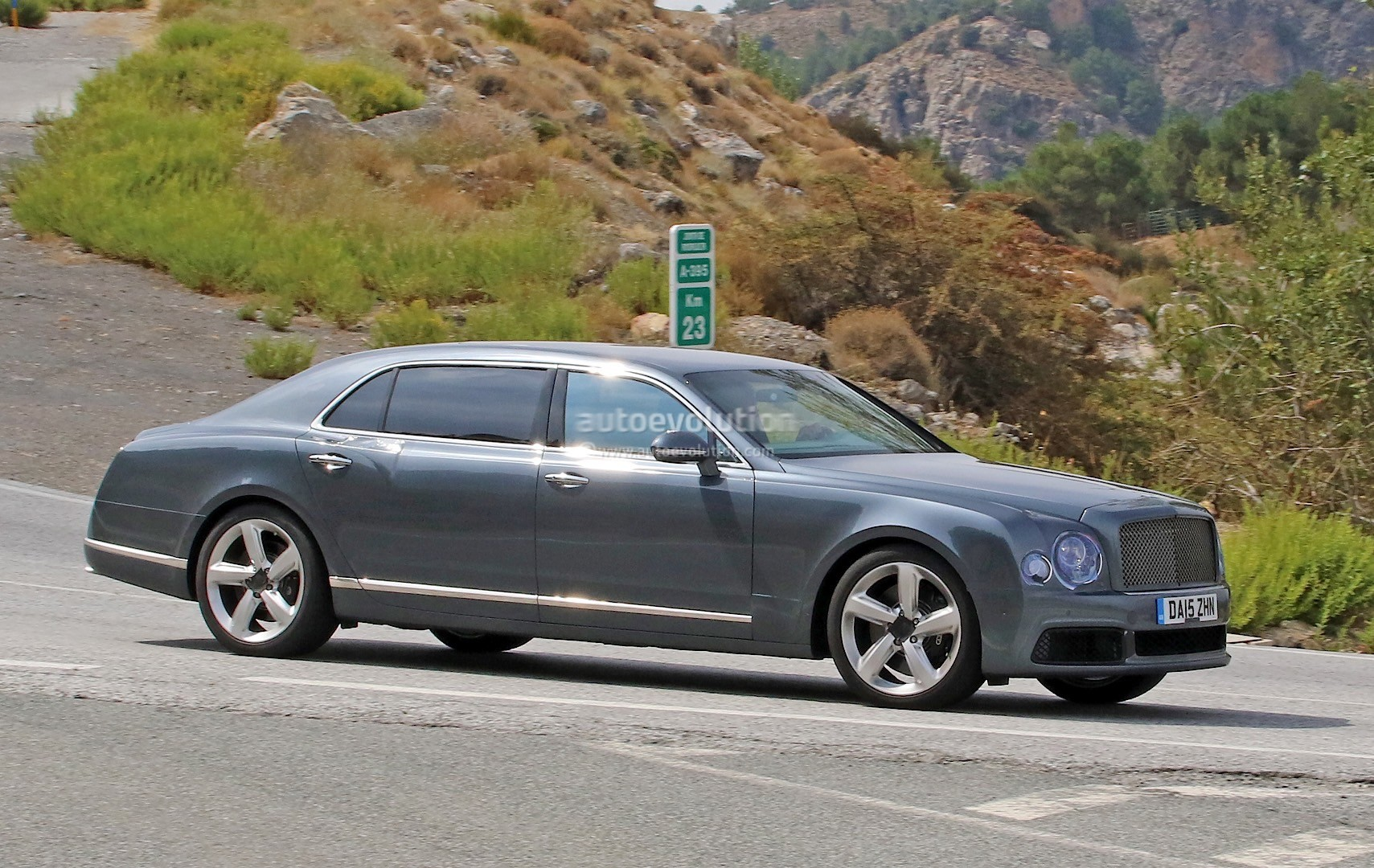 2009 - [Bentley] Mulsanne - Page 10 Bentley-mulsanne-facelift-spotted-with-virtually-no-camouflage-while-driving-in-spain_3