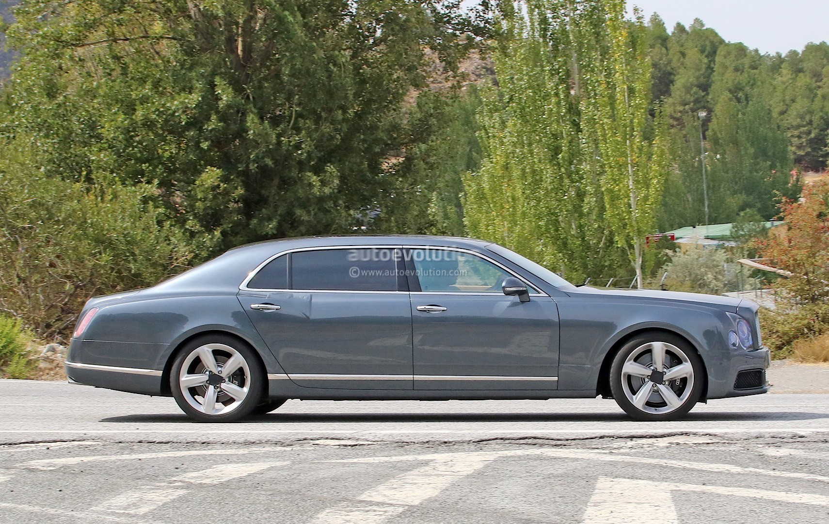 2009 - [Bentley] Mulsanne - Page 10 Bentley-mulsanne-facelift-spotted-with-virtually-no-camouflage-while-driving-in-spain_4