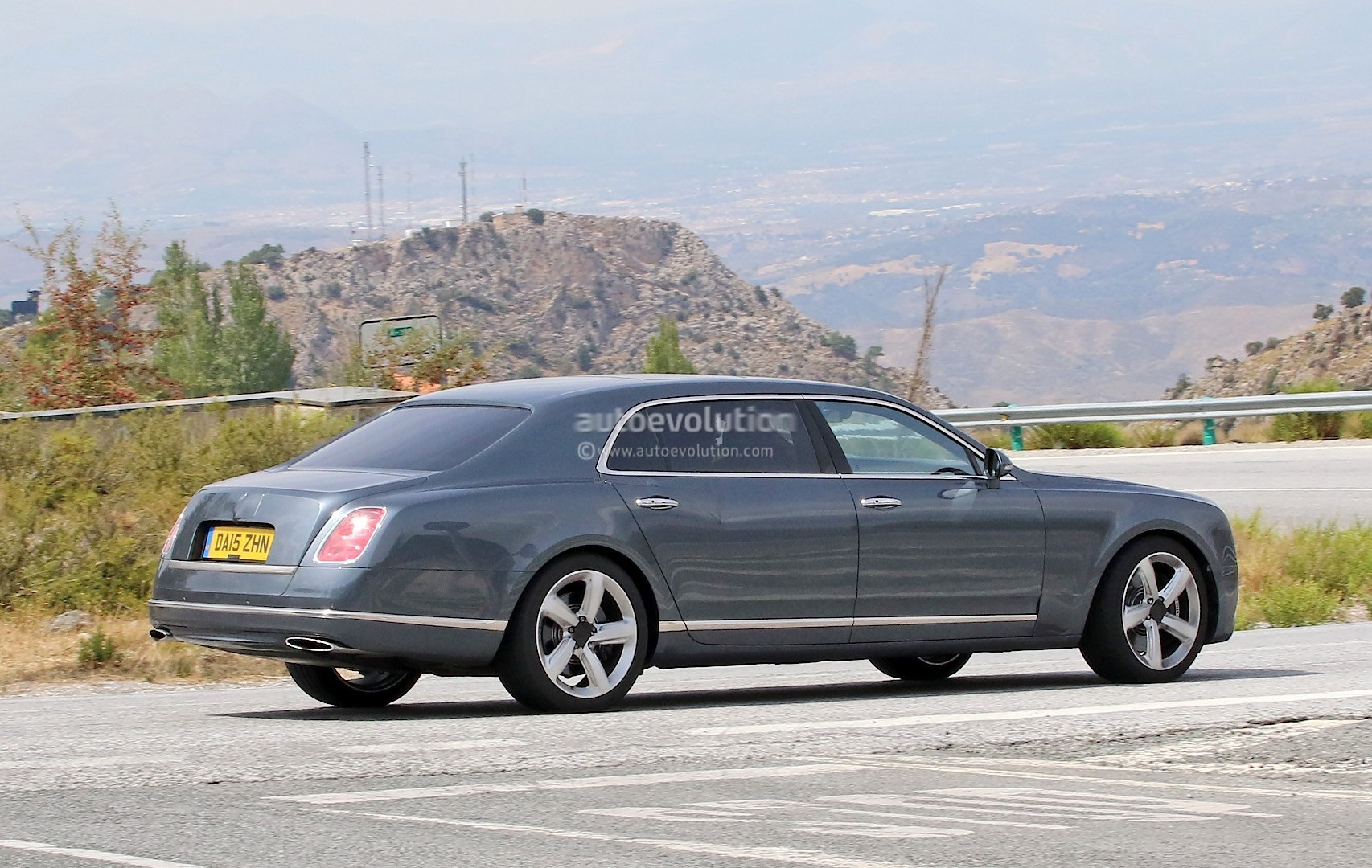 2009 - [Bentley] Mulsanne - Page 10 Bentley-mulsanne-facelift-spotted-with-virtually-no-camouflage-while-driving-in-spain_6