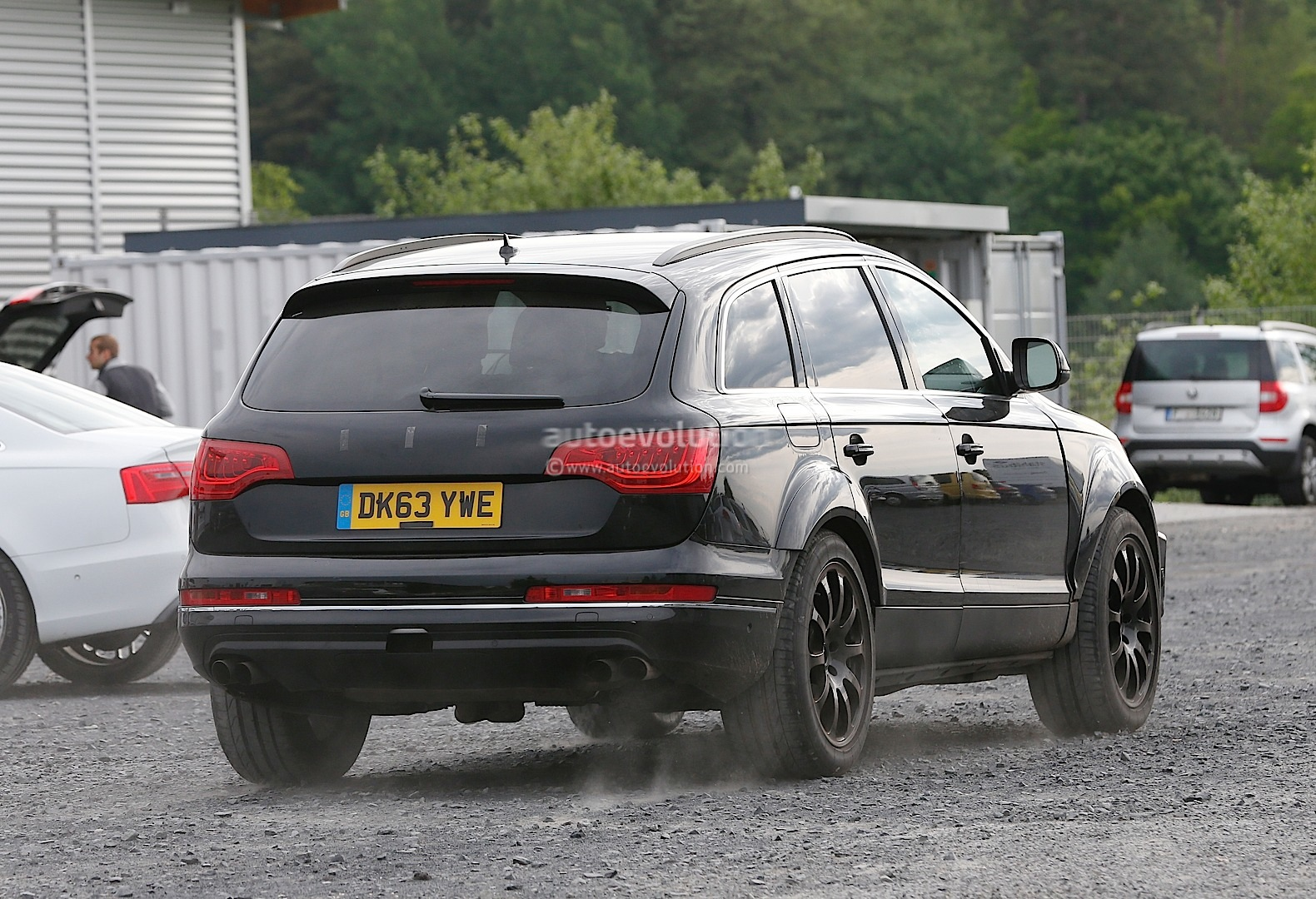 2015 - [Bentley] Bentayga - Page 2 Bentley-suv-first-spyshots-hiding-as-audi-q7-mule_4