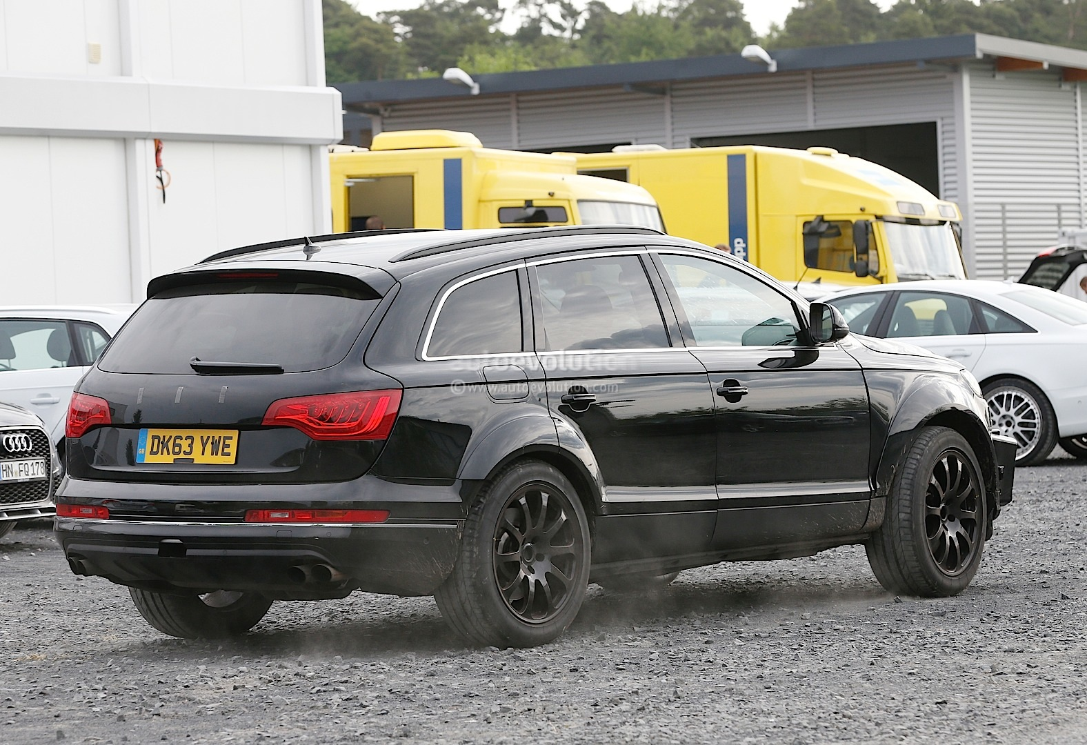 2015 - [Bentley] Bentayga - Page 2 Bentley-suv-first-spyshots-hiding-as-audi-q7-mule_5