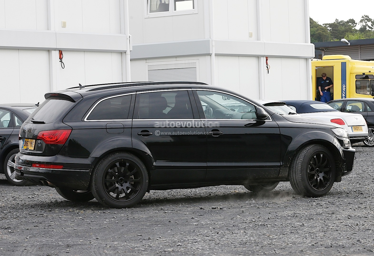 2015 - [Bentley] Bentayga - Page 2 Bentley-suv-first-spyshots-hiding-as-audi-q7-mule_6