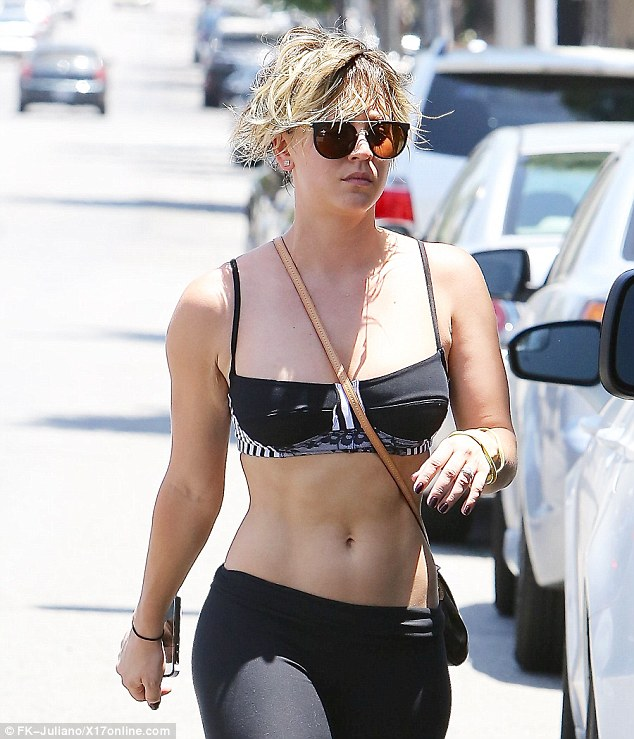 Big Bang Theory S Kaley Cuoco Drives A Range Rover To Her
