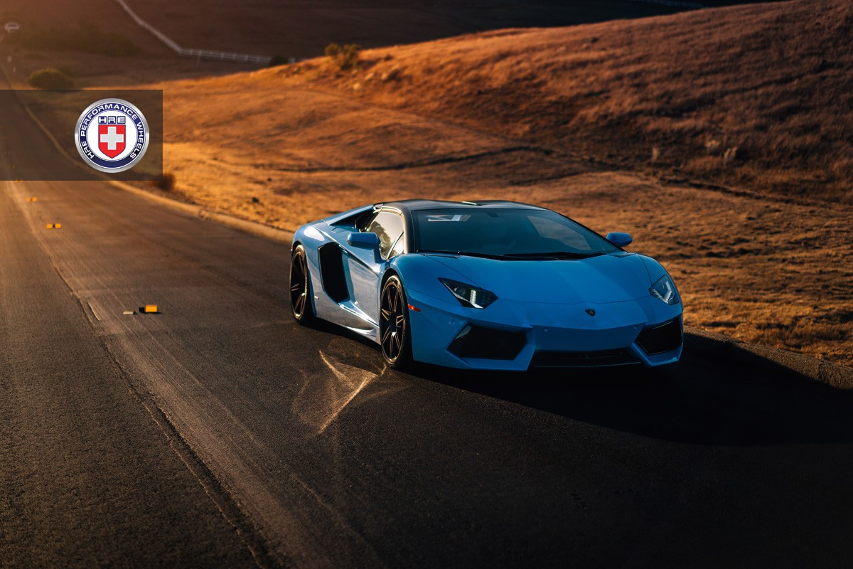Суперкар на закате Lamborghini Aventador Roadster