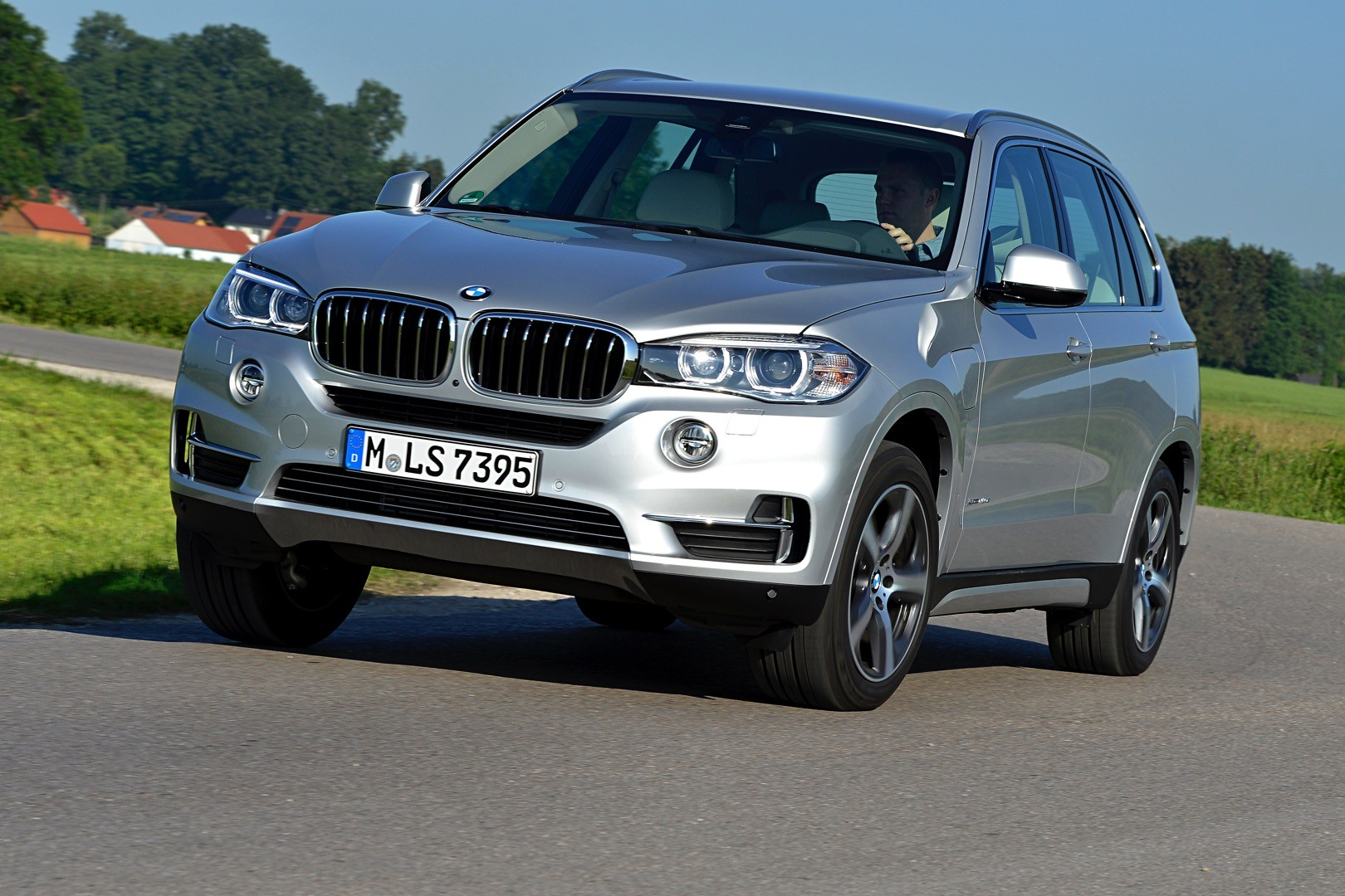 2016 bmw x5 xdrive40e charging system showcased. Black Bedroom Furniture Sets. Home Design Ideas