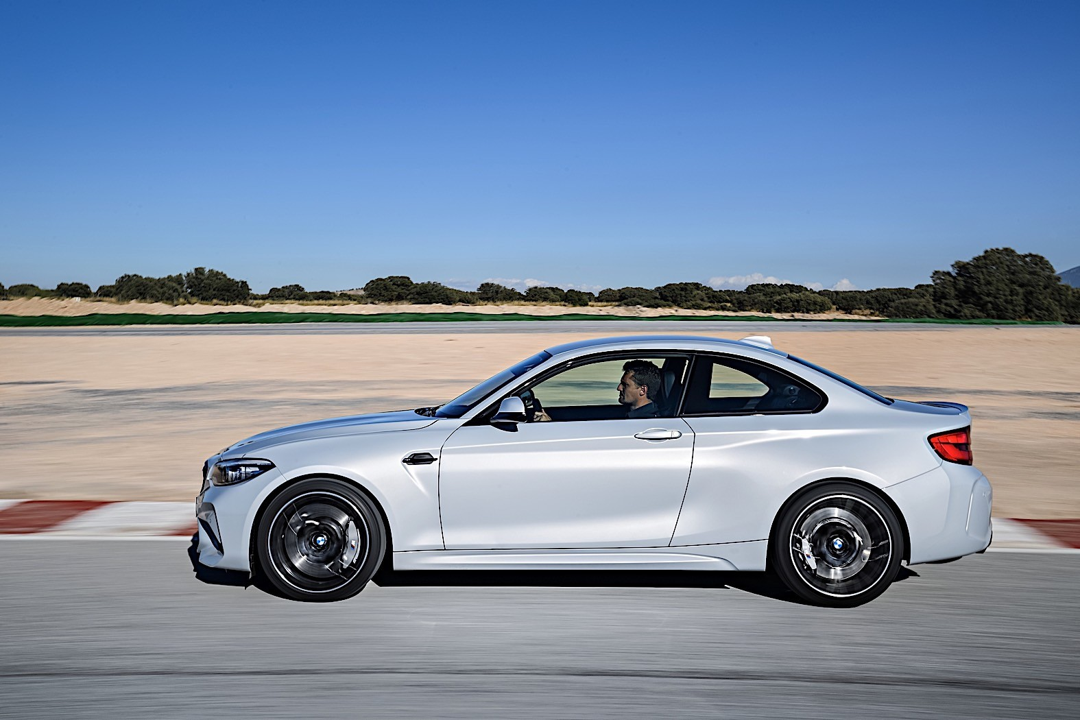 2019 bmw m2 competition officially revealed replaces m2 coupe autoevolution. Black Bedroom Furniture Sets. Home Design Ideas