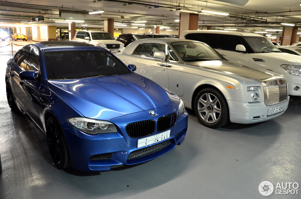 Bmw M5 Poses Next To Rolls Royce Phantom Coupe In Dubai Autoevolution