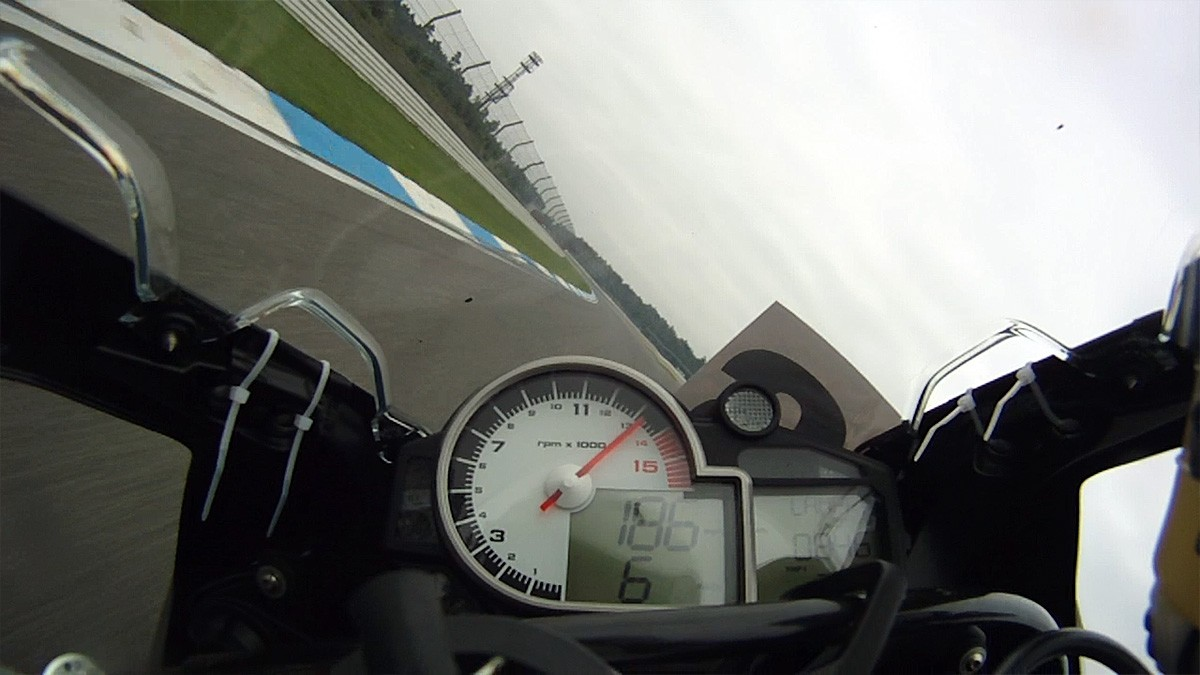 bmw s1000rr 46 degree lean angle at 300 km h looks insane autoevolution. Black Bedroom Furniture Sets. Home Design Ideas