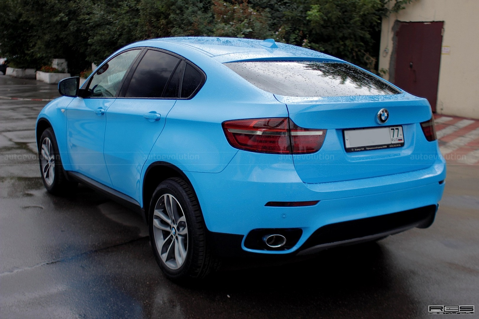 Bmw X6 Is A Bright Blue Smurf In Russia Autoevolution