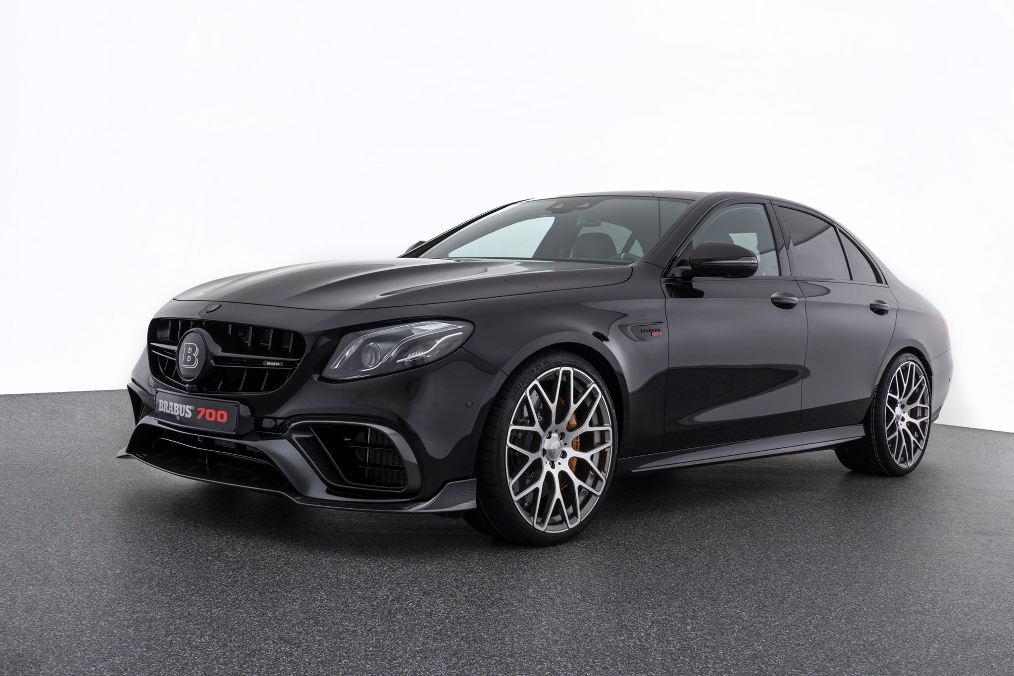brabus tuned mercedes amg e63 debuts with 700 hp and 950. Black Bedroom Furniture Sets. Home Design Ideas