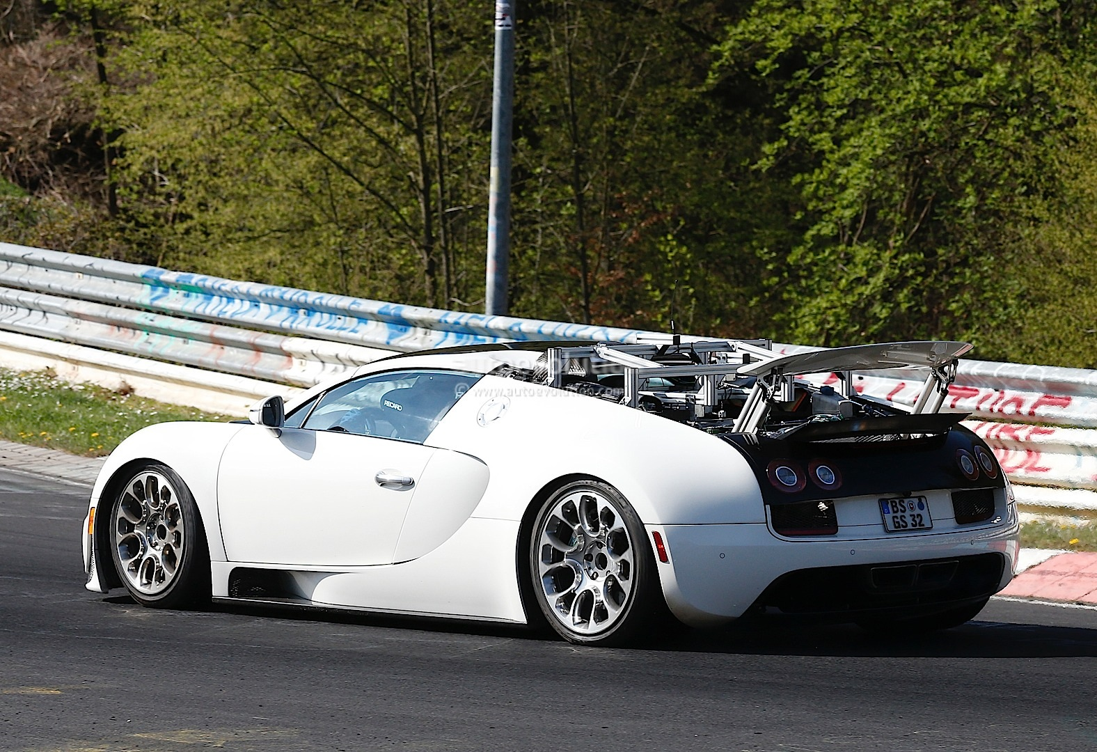 bugatti veyron test mules spied on nurburgring hint at. Black Bedroom Furniture Sets. Home Design Ideas