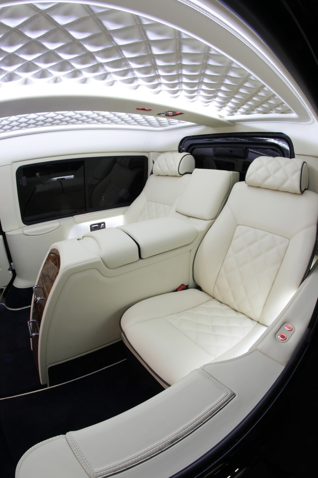 Carisma auto design unveils the most luxurious land rover for Interieur de voiture de luxe