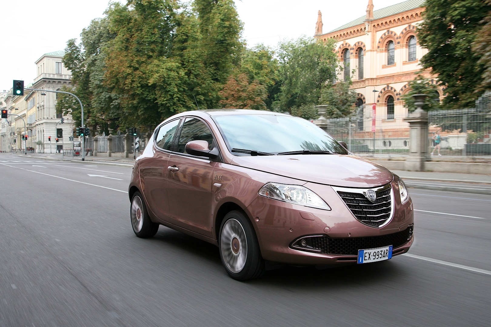 check out the new lancia ypsilon elle before they kill it video autoevolution. Black Bedroom Furniture Sets. Home Design Ideas