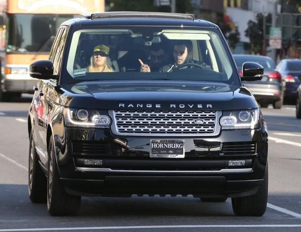 Christina Aguilera Spotted In 2013 Range Rover Autoevolution