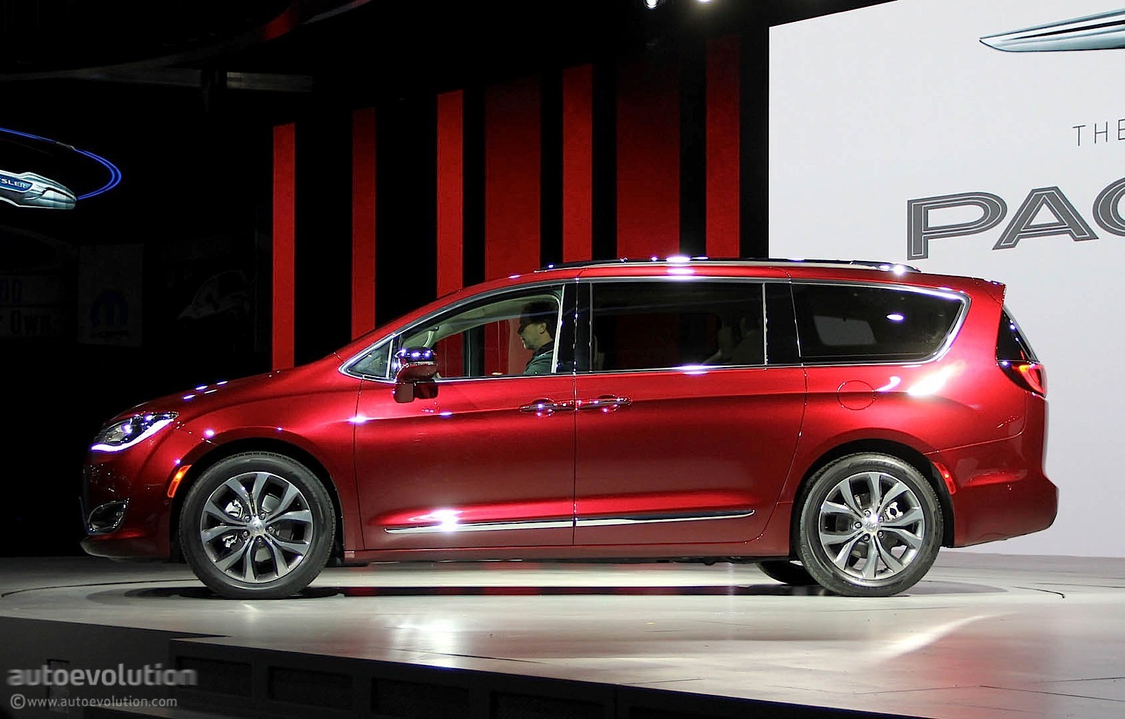 chrysler pacifica minivan unveiled is more than a rebadged town country autoevolution. Black Bedroom Furniture Sets. Home Design Ideas