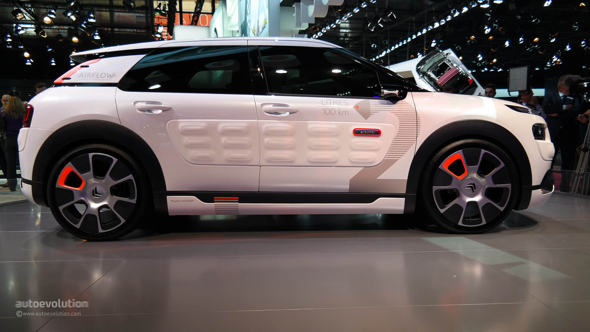 Citroen c4 cactus airflow 2l concept hisses at paris 2014 live photos autoevolution