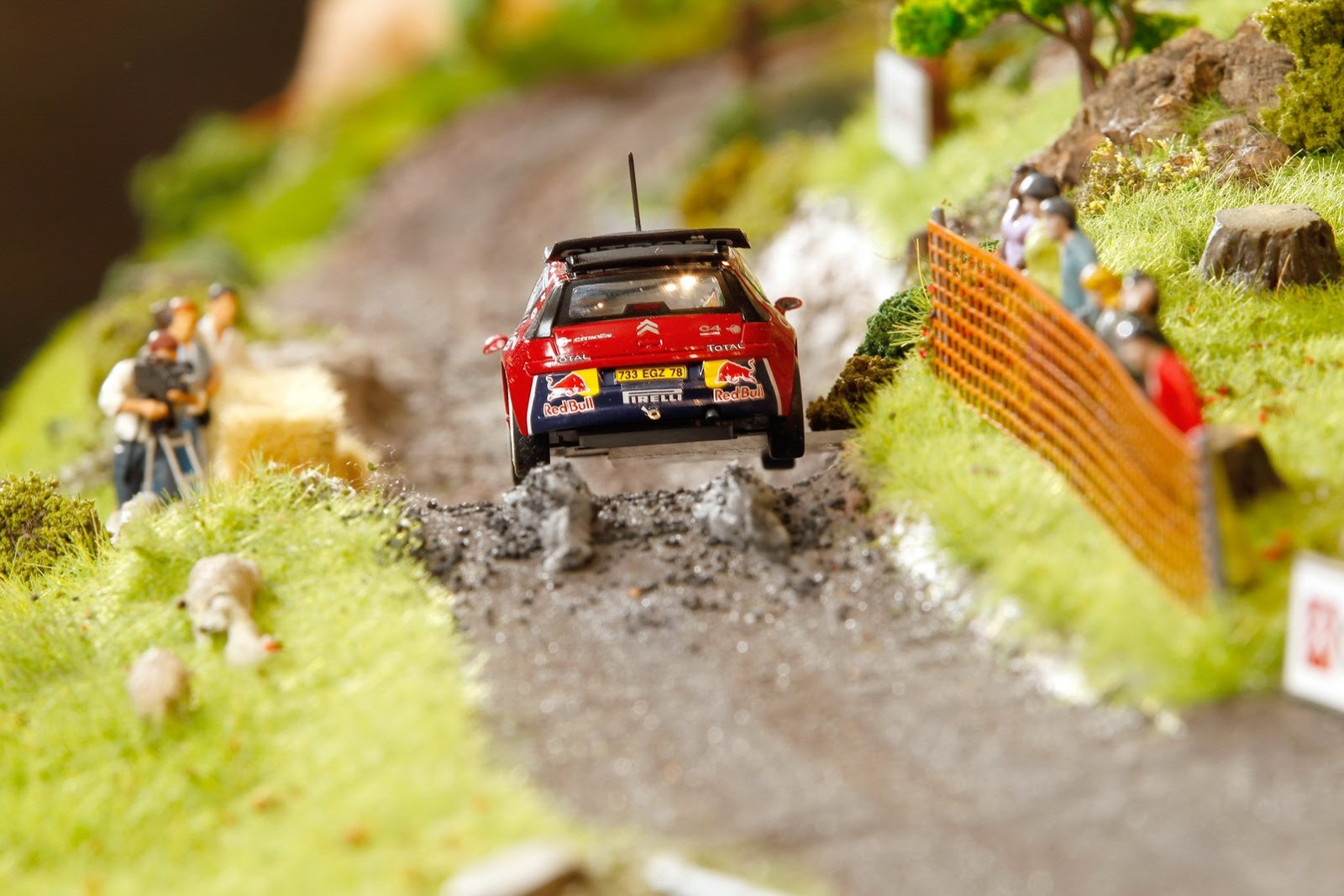Zanimljive slike - Page 2 Citroen-celebrates-rally-success-with-impressive-diorama-on-top-of-a-ds3-photo-gallery_5