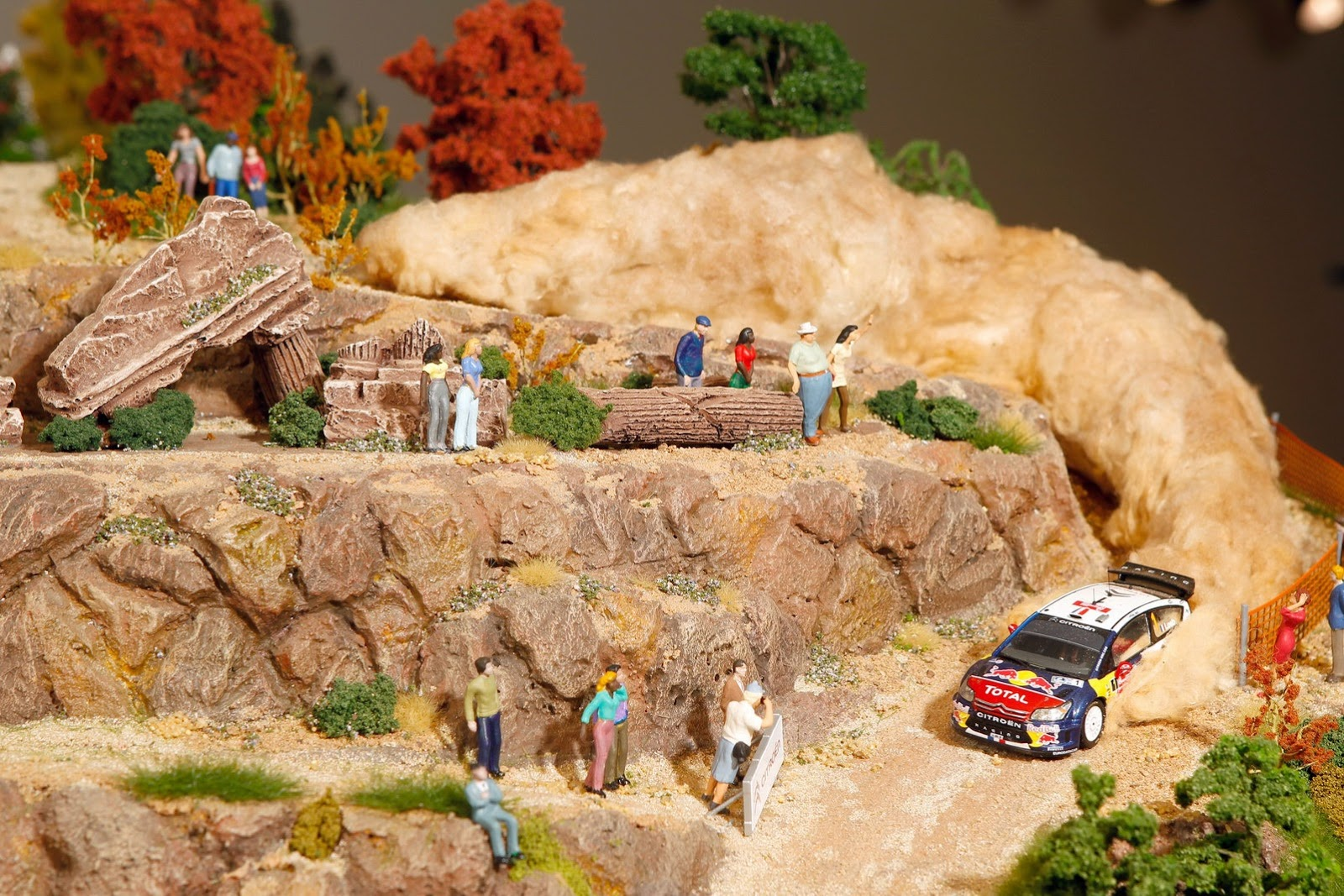 Zanimljive slike - Page 2 Citroen-celebrates-rally-success-with-impressive-diorama-on-top-of-a-ds3-photo-gallery_6