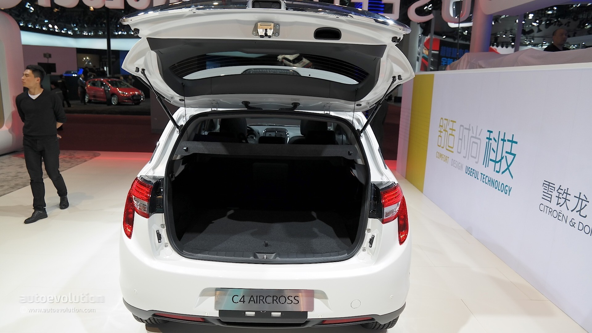 citroen weighs in the old and new with the c4 aircross at. Black Bedroom Furniture Sets. Home Design Ideas