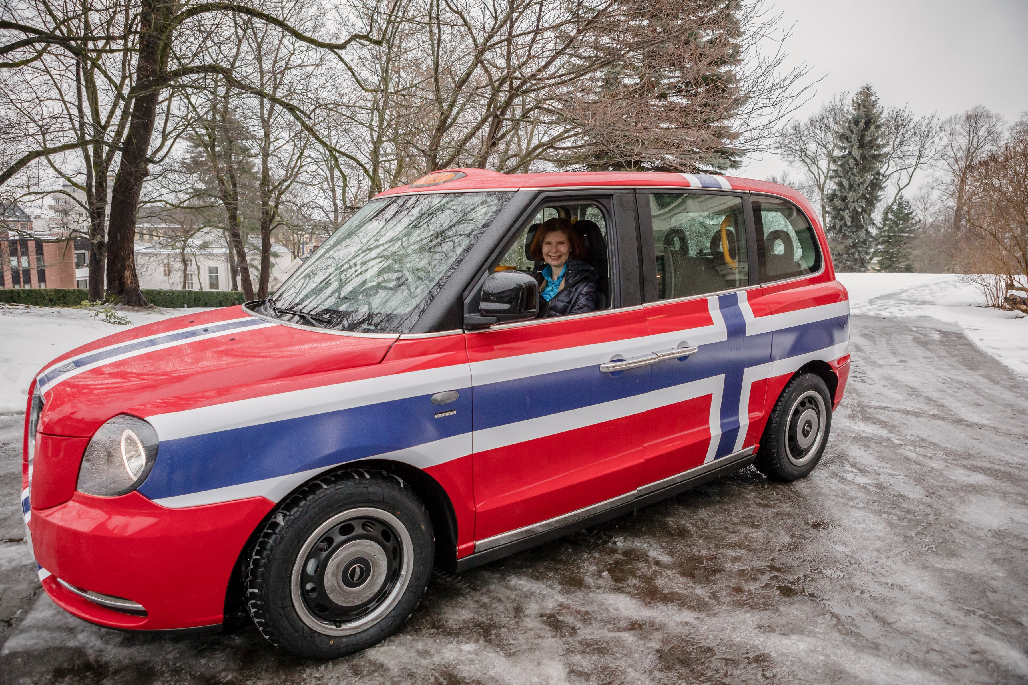 electric black cab turns red white and blue for norway autoevolution. Black Bedroom Furniture Sets. Home Design Ideas