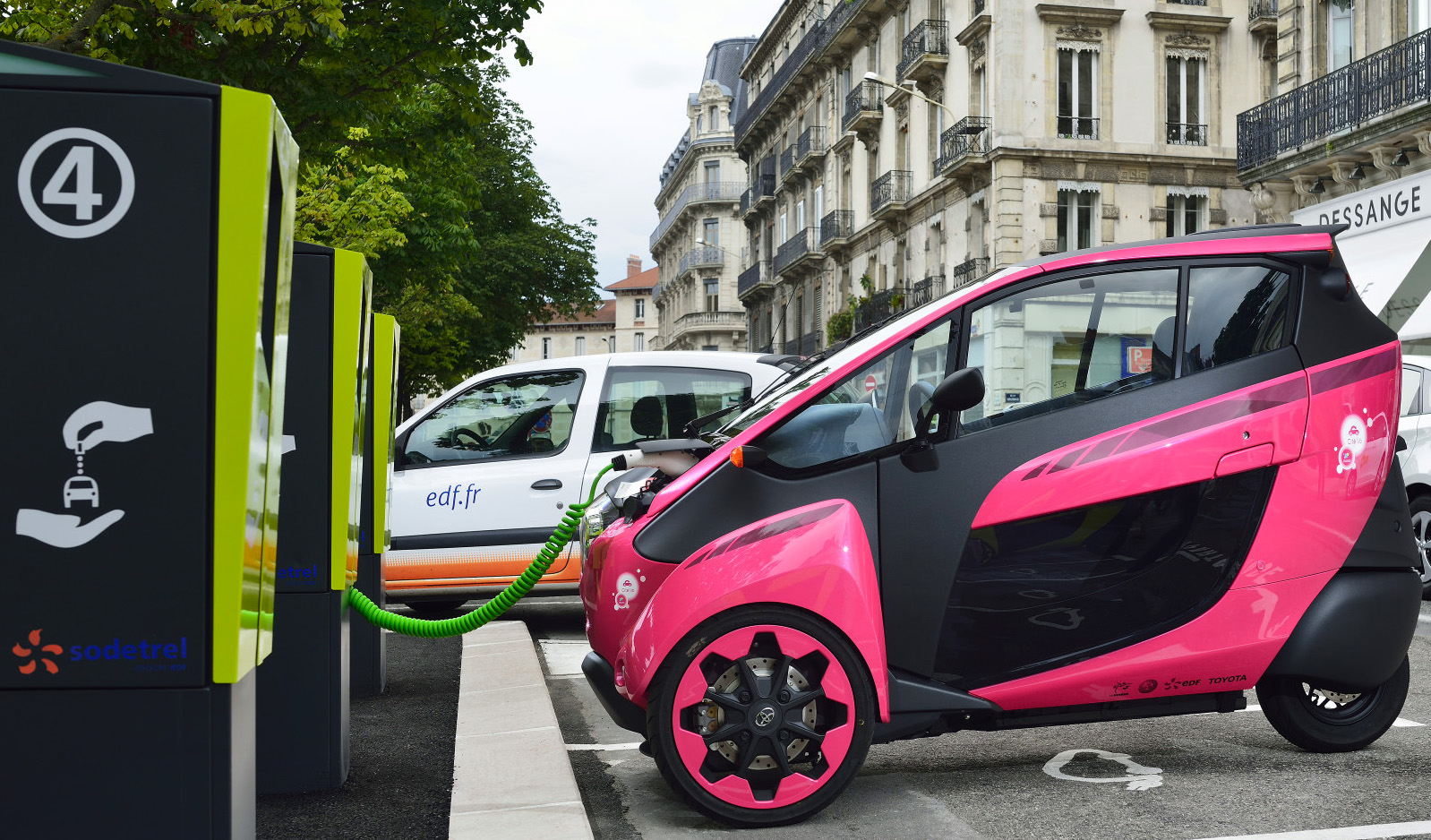 electric urban mobility program debuts in france uses toyota i road trikes autoevolution. Black Bedroom Furniture Sets. Home Design Ideas