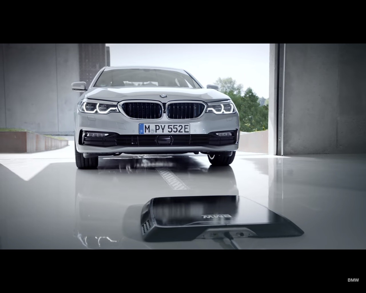 ev wireless charging goes oem with bmw 530e iperformance. Black Bedroom Furniture Sets. Home Design Ideas