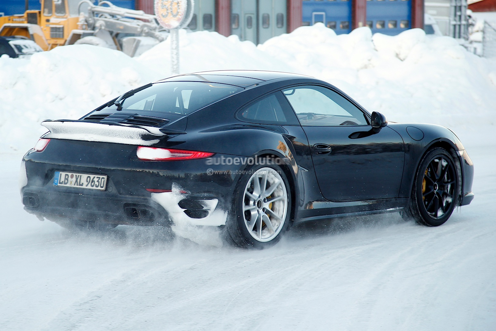 2015 - [Porsche] 911 Restylée [991] Facelifts-for-911-carrera-and-turbo-models-play-in-the-snow-photo-gallery_11
