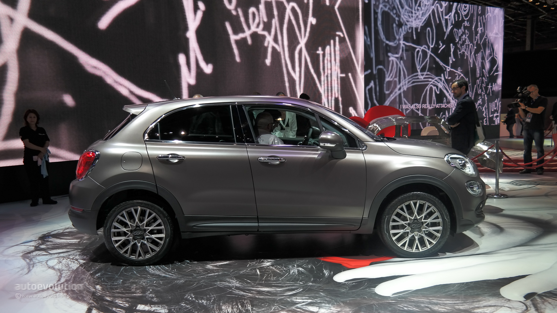 fiat 500x wows the paris motor show live photos. Black Bedroom Furniture Sets. Home Design Ideas