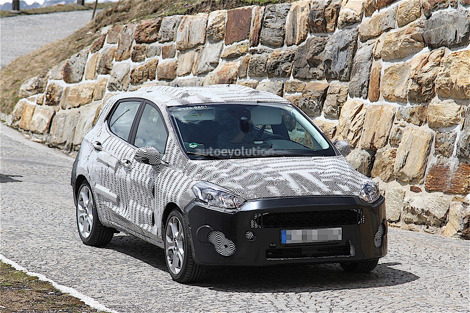 first-spyshots-of-next-generation-ford-fiesta-testing-on-public-roads_12