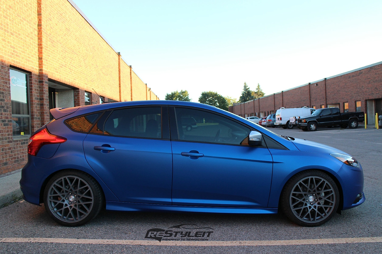 ford focus st wrapped in metallic blue autoevolution. Black Bedroom Furniture Sets. Home Design Ideas