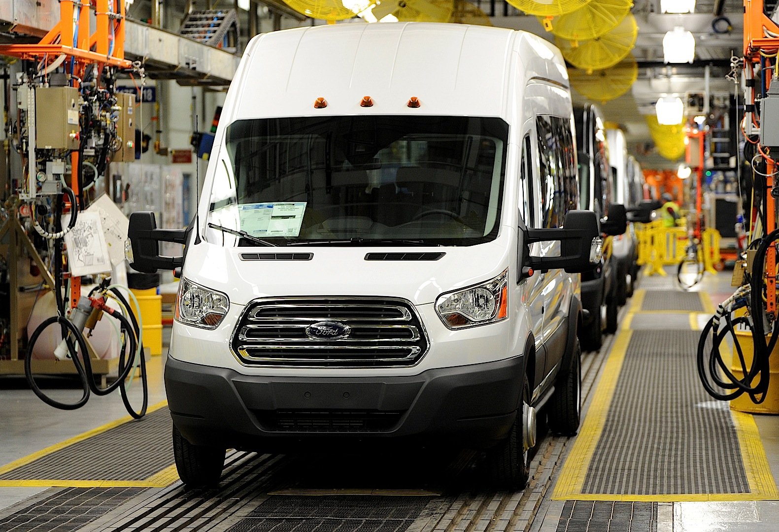 2013 - [Ford] Transit (Connect & MaxiVan) - Page 4 Ford-starts-2015-transit-van-production-photo-gallery_10