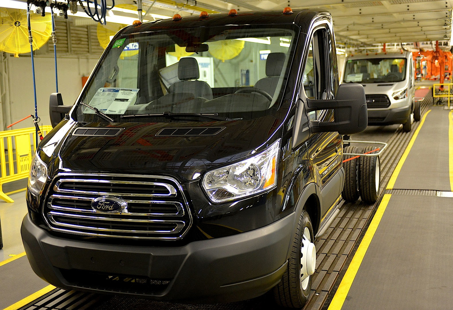 2013 - [Ford] Transit (Connect & MaxiVan) - Page 4 Ford-starts-2015-transit-van-production-photo-gallery_4