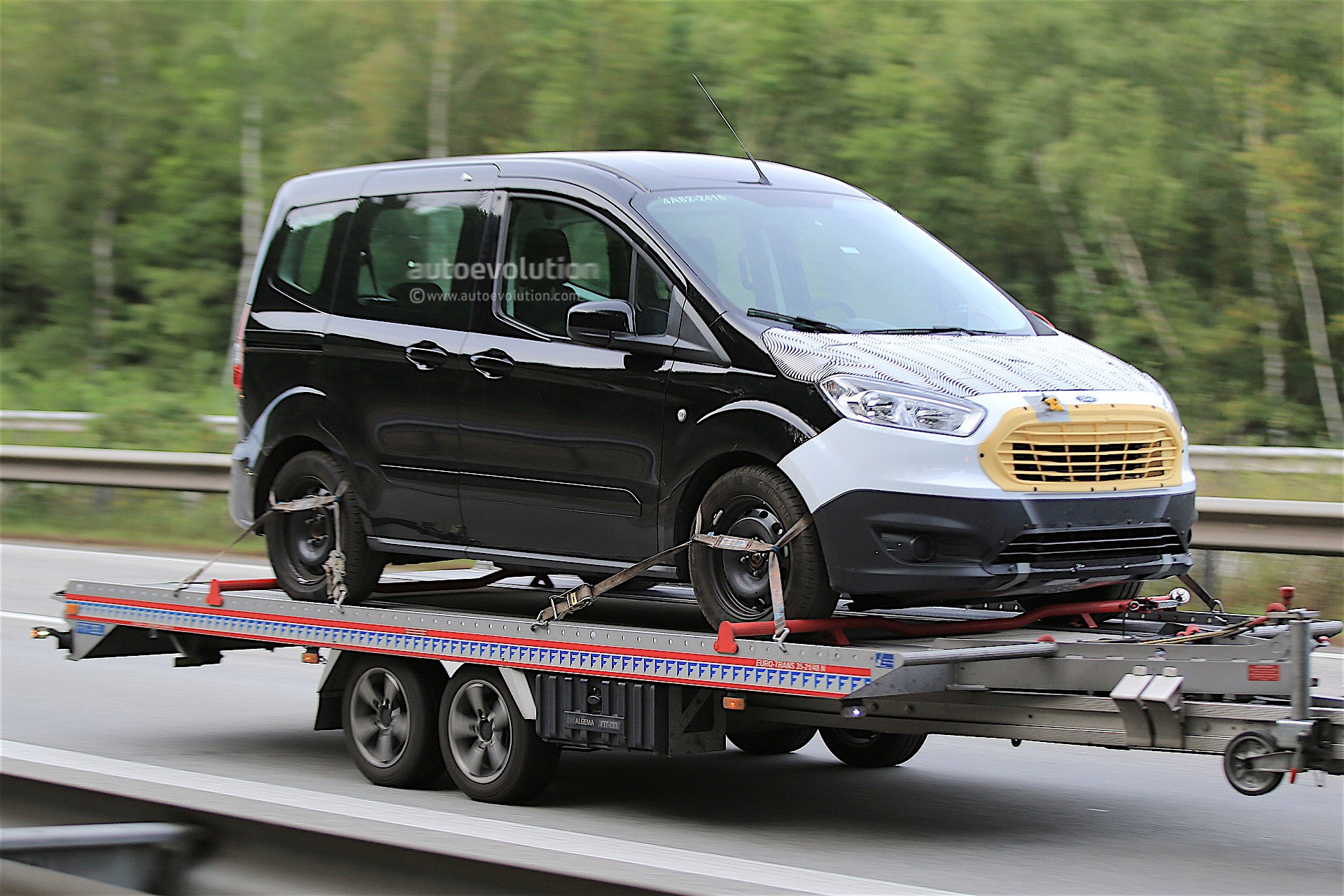 first spy shots of 2018 ford tourneo courier facelift autoevolution. Black Bedroom Furniture Sets. Home Design Ideas