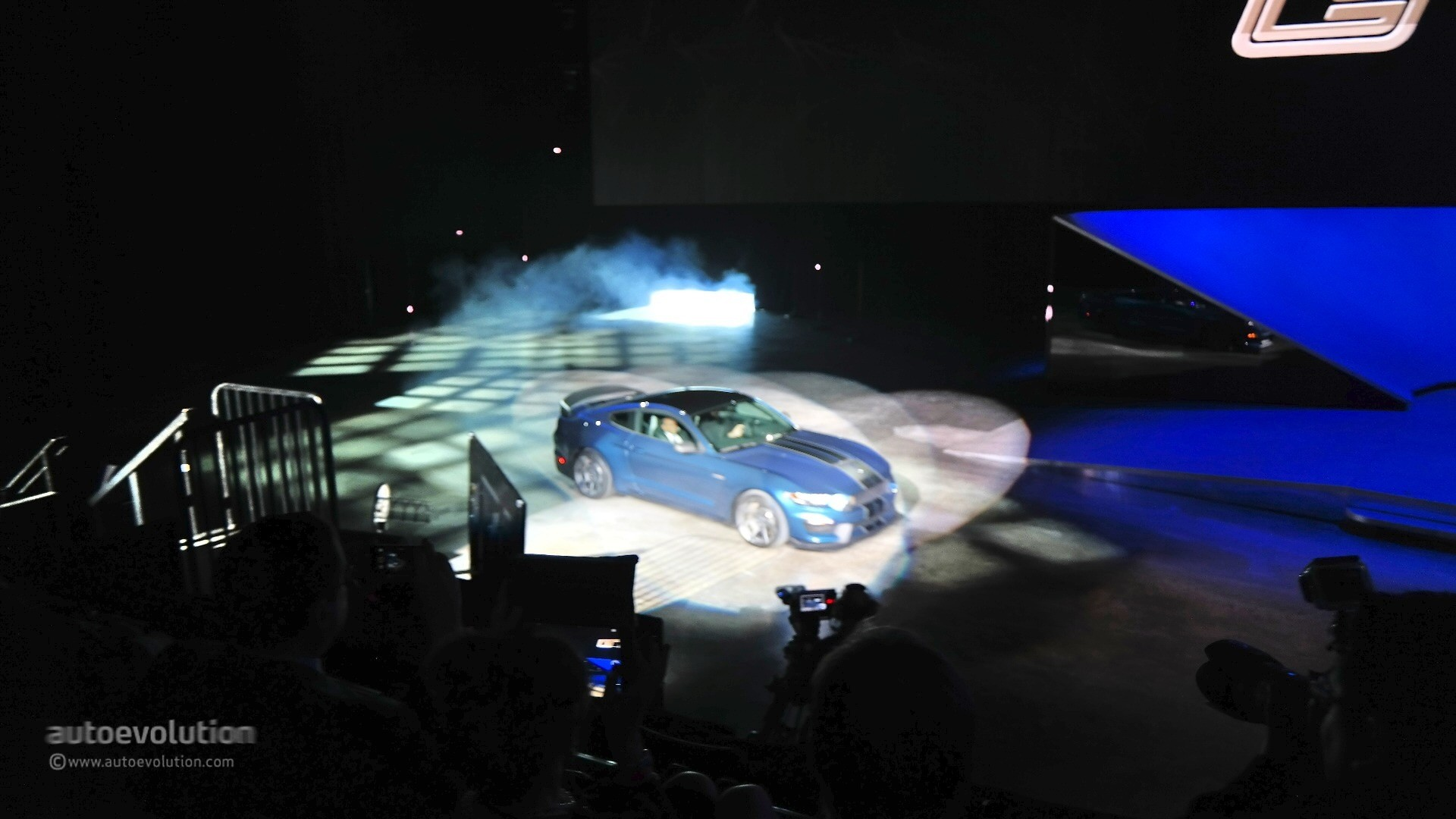 New shelby gt350r mustang unveiled in detroit with burnout and over 500 hp live photos