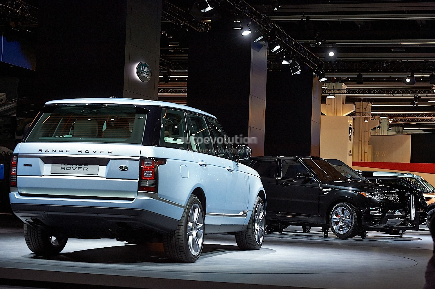 range rover hybrid long wheelbase revealed in china. Black Bedroom Furniture Sets. Home Design Ideas