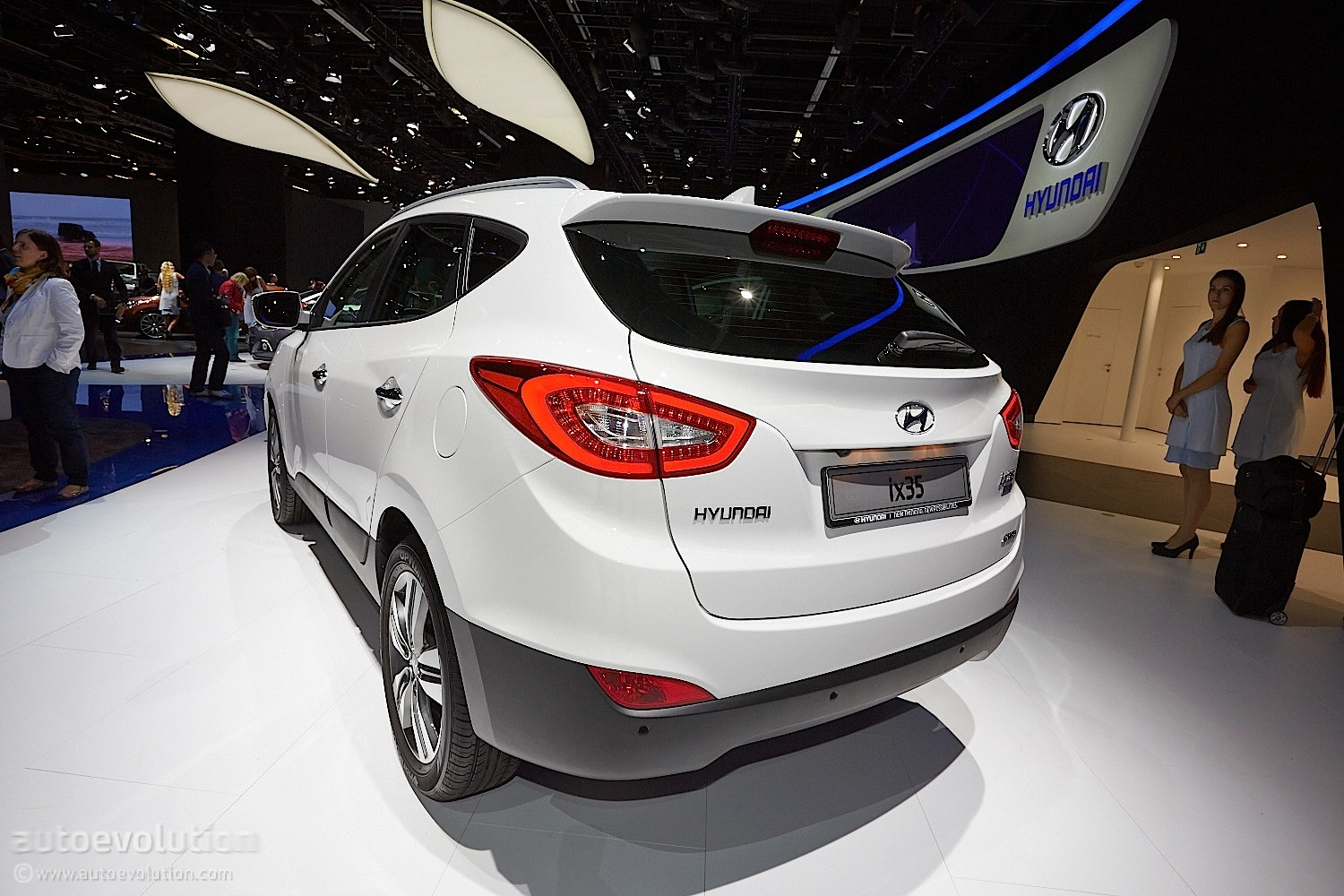 frankfurt 2013 updated 2014 hyundai ix35 live photos autoevolution. Black Bedroom Furniture Sets. Home Design Ideas