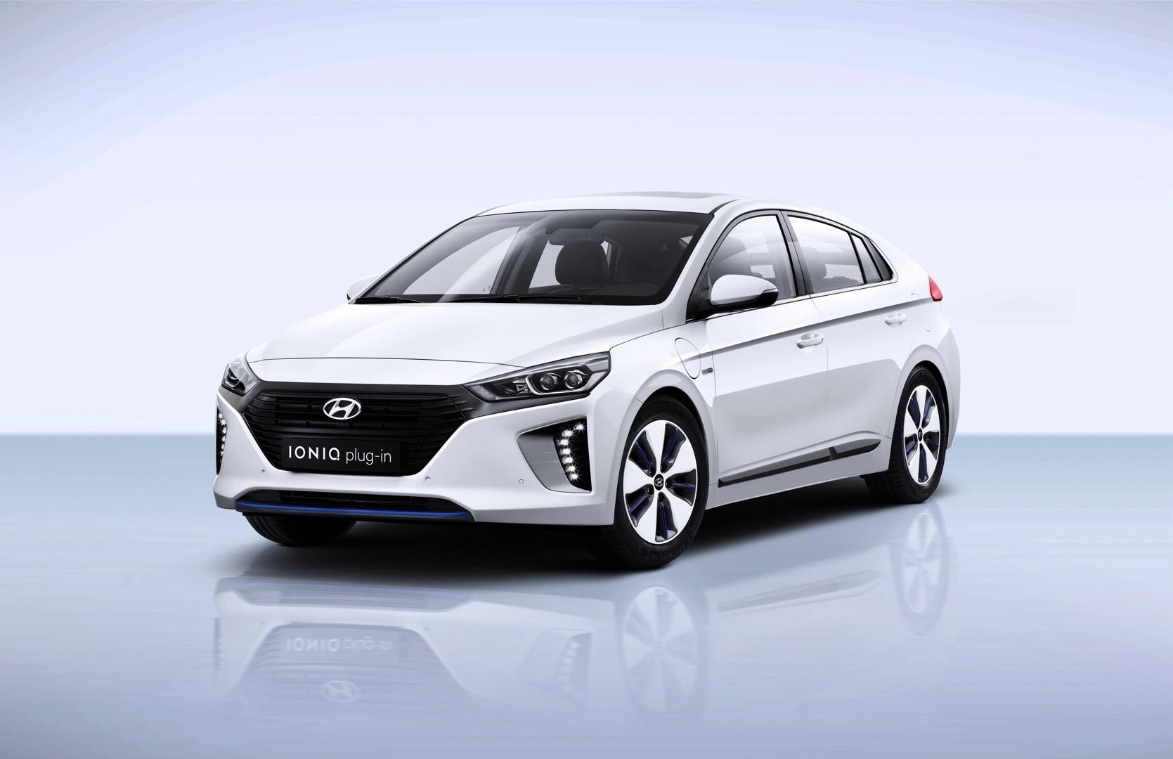 ioniq hyundai toyota bmw chevrolet i3 prius bolt beats economy fuel wars hybrid autoevolution money plug