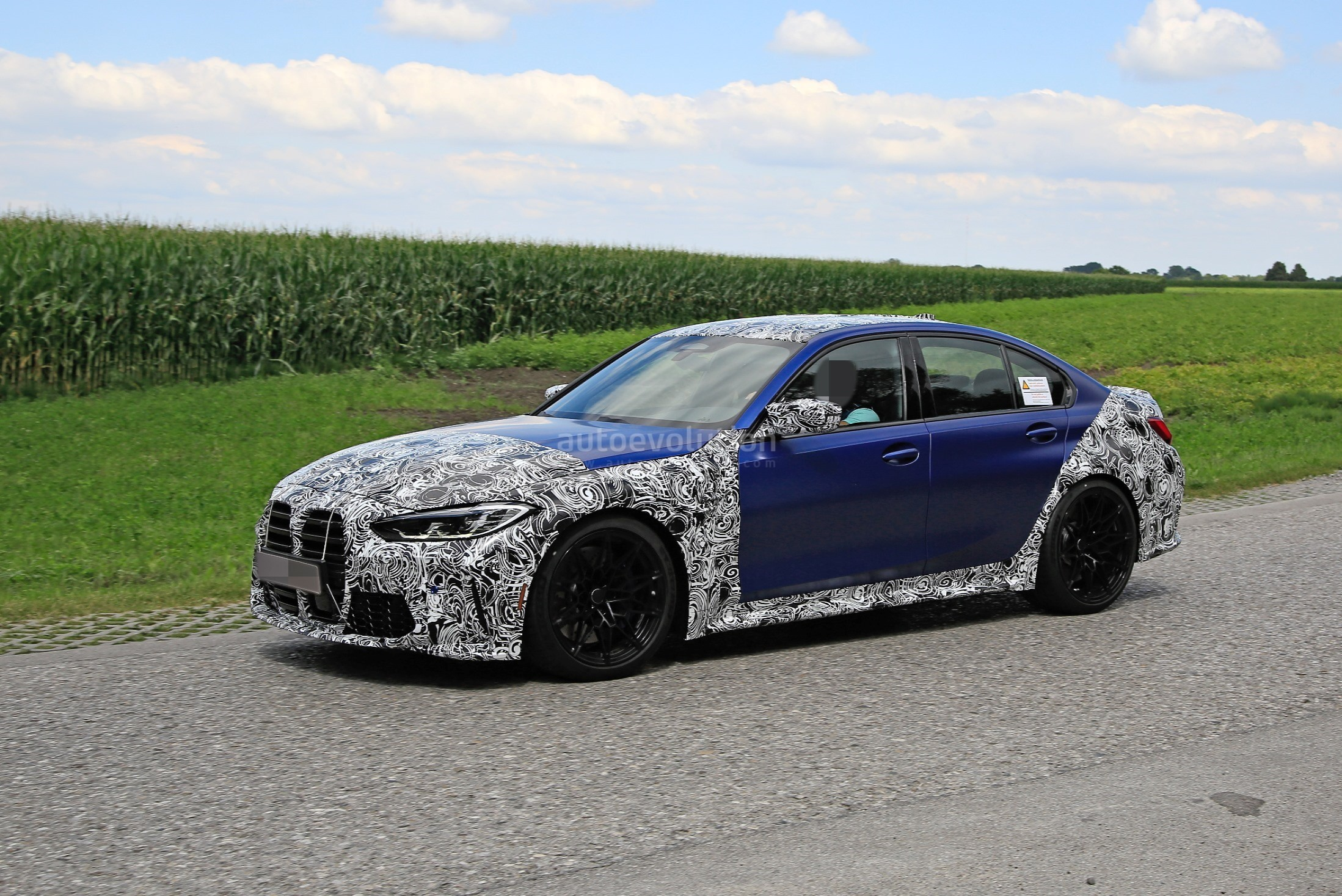 g80-bmw-m3-shows-ginormous-kidney-grille-in-new-spy-phots_3