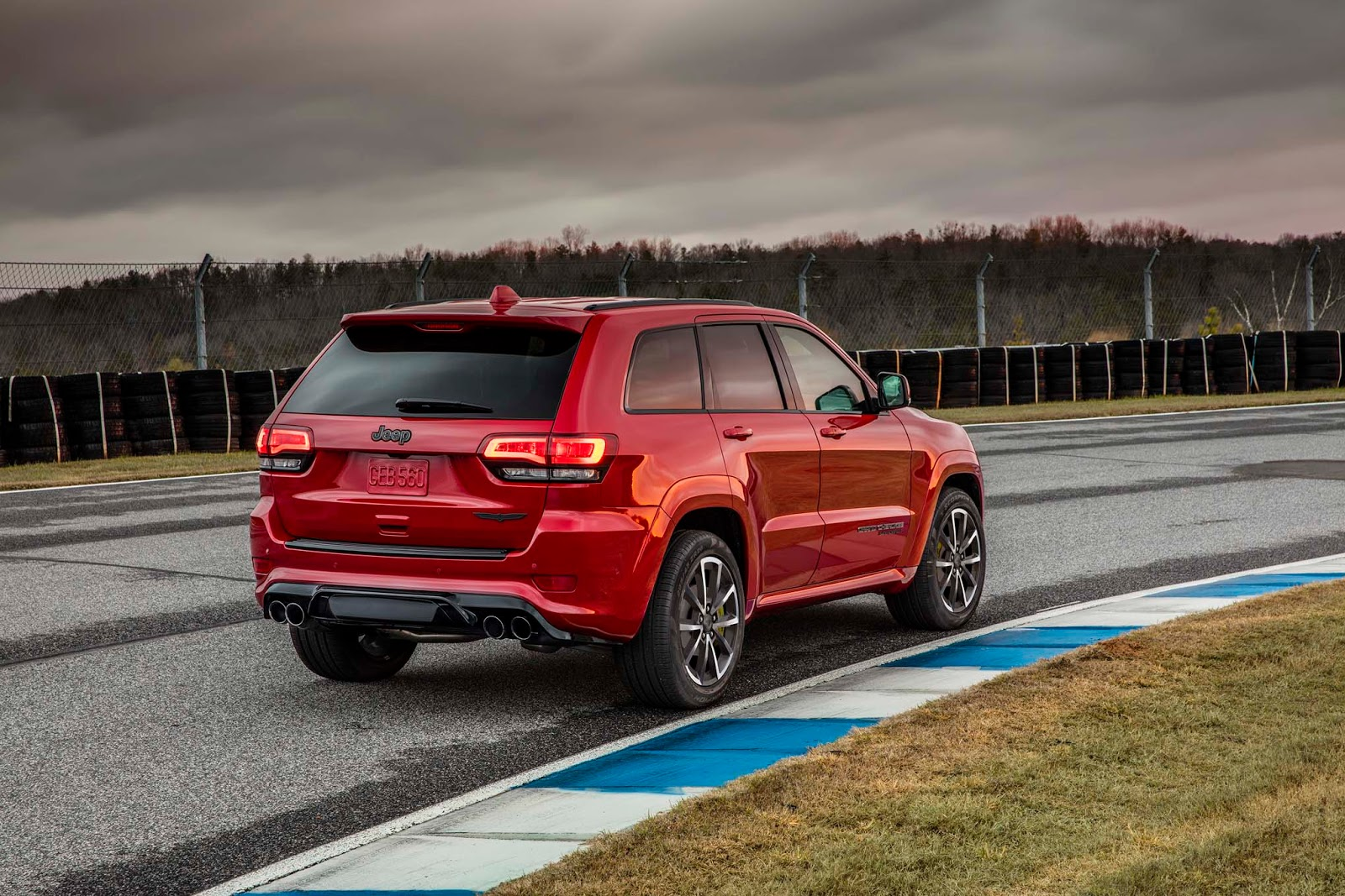 jeep gifts the 2018 grand cherokee trackhawk with 707 hp hellcat v8 autoevolution. Black Bedroom Furniture Sets. Home Design Ideas