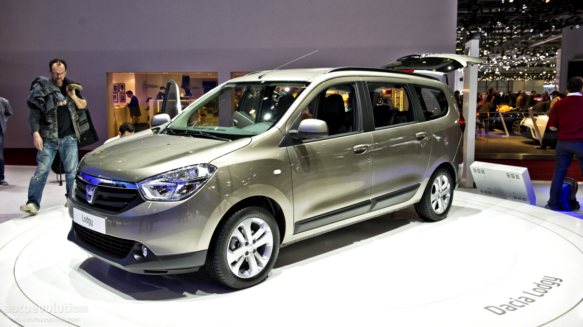 Dacia Lodgy: Geneva 2012: Dacia Lodgy Official Reveal [Live Photos