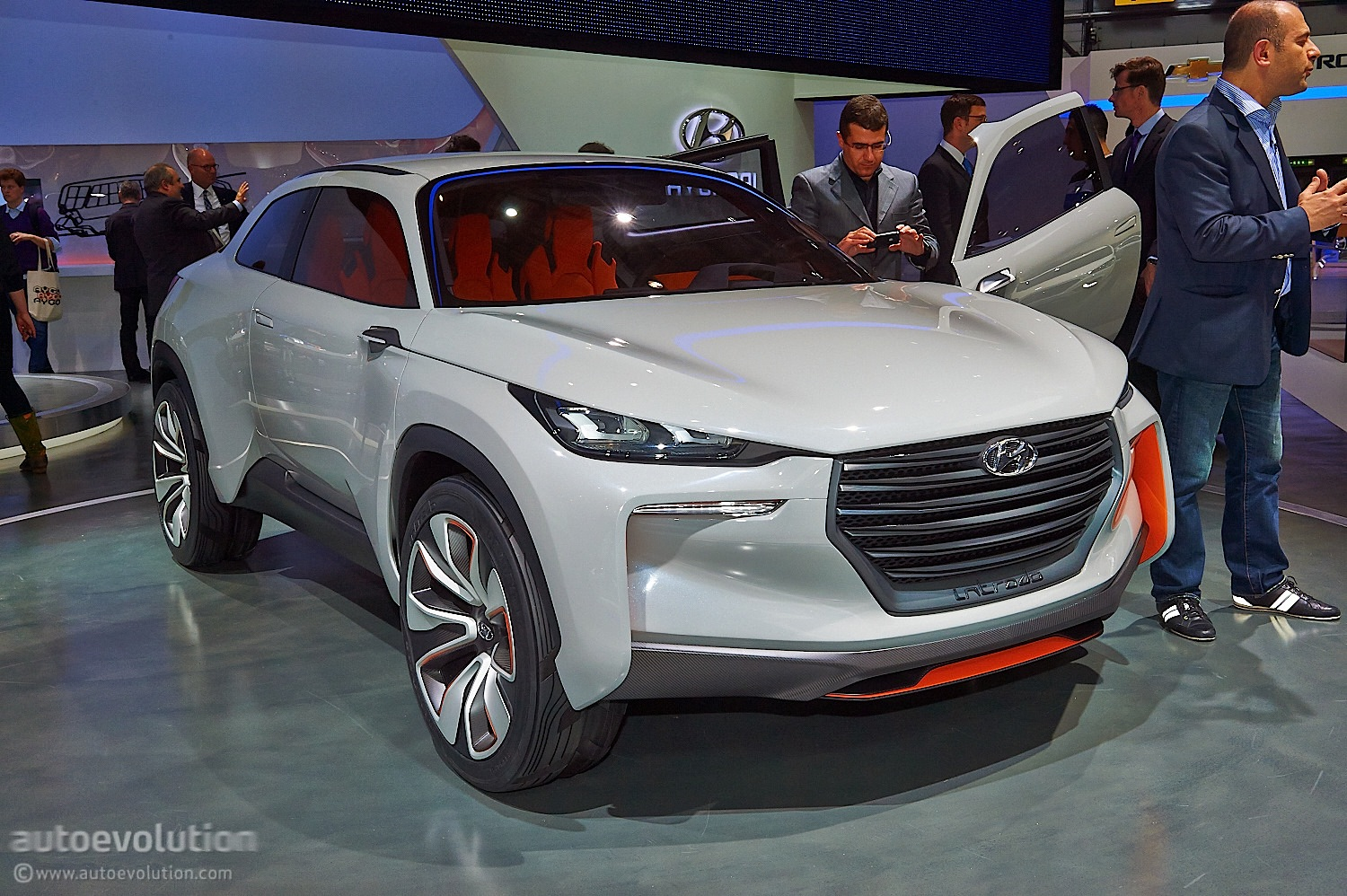 german designed hyundai intrado concept hints at future crossover suv live photos autoevolution. Black Bedroom Furniture Sets. Home Design Ideas